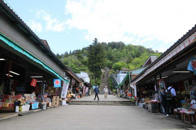 飯盛山への参道