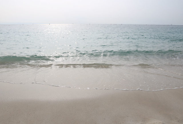 白良浜海岸の波打ちぎわ